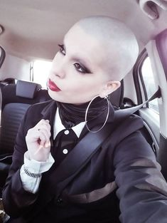 Shave Eyebrows, How To Draw Eyebrows, Shaved Head Women, Shaved Heads, Pixie Cut, Unnatural Hair Color, Half Shaved Hair, Super Short Hair, Bald Girl