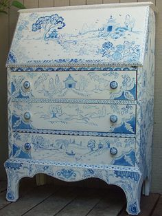 blue willow love that it is blue toile but do different scenes. Hand Painted Furniture, Funky Furniture, Classic Furniture, Furniture Makeover, Blue Willow China, Blue And White China, Blue China, Chinoiserie, Salon Blue