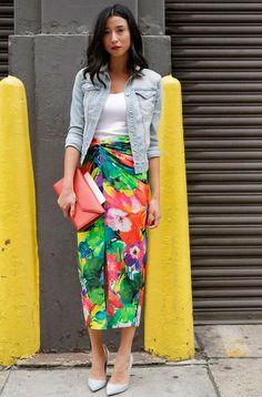 Jaqueta jeans, blusa branca, saia midi floral, scarpin cinza