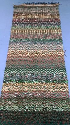 Kirkonkaarikuvioinen räsymatto Loom Knitting Patterns, Knitting Stitches, Free Knitting, Stitch Patterns, Knitting Tutorials, Rugs On Carpet, Carpets, Weaving Projects, Recycled Fabric