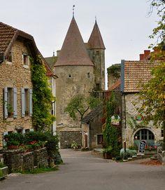 Châteauneuf-en-Auxois, la place du Village (23km)
