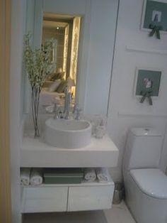 banheiro com móvel pequeno