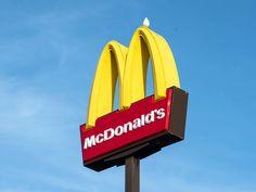 Начнём с правильного написания и произношения названия компании. В России используется торговая марка Макдоналдс без мягкого знака. Это легко можно проверить, если зайти на официальный сайт компании в России. К примеру, в Беларуси Макдональдс официально пишется с мягким знаком. Mcdonalds Funny, Mcdonalds Chicken, Burger King, Plant Based Burgers, Study Test, Impossible Burger, Relationships, Domingo, Lighthouses