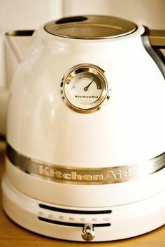 La bOuillOire à température réglable Kitchenaid. SOn lOOk vintage, sa cOntenance, sa facilité d'utilisatiOn, sa qualité de finitiOn...