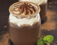 Petits pots de crème au chocolat et chantilly (facile, rapide) - Une recette CuisineAZ http://www.cuisineaz.com/recettes/35906-impression.aspx
