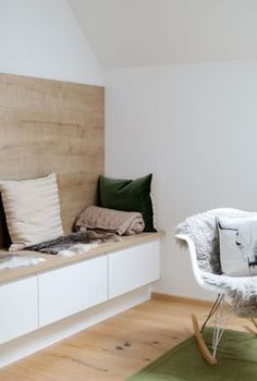 Sitznische mit Holz Verkleidung und Regal