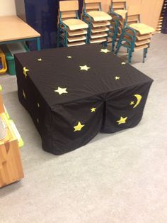 Begeleide of zelfstandige activiteit - Donker hoekje door middel van een tafel tent. De kinderen kruipen hierin en kunnen zo spelen met allerlei lichtjes tijdens de dag.