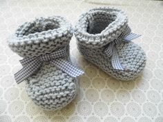 how to knit baby booties - Nadiia - - comment tricoter les chaussons bebe how to knit baby booties - Knitting For Kids, Knitting Socks, Baby Knitting, Free Knitting, Knit Baby Shoes, Crochet Baby Booties, Baby Patterns, Knitting Patterns, Tricot Baby