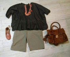 Bermuda caqui, bata marrom, colar e sapato rosa e bolsa caramelo.