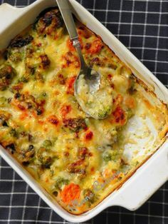 The Big Diabetes Lie- Recipes-Diet - Gratin de légumes (champignons, brocolis, carottes) Doctors at the International Council for Truth in Medicine are revealing the truth about diabetes that has been suppressed for over 21 years. Veggie Recipes, Vegetarian Recipes, Healthy Cooking, Cooking Recipes, Quiches, Healthy Dinner Recipes, Love Food, Easy Meals, Food And Drink