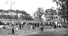 Uma tarde de domingo no verão de 1949. O Estádio do Atlético, na Baixada, aparece lotado de torcedores.