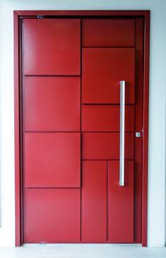 Porta pivotante com pintura de laca P.U vermelho acetinado (Sayerlack) - Ecoville Portas Especiais House Main Door Design, Single Door Design, Wooden Front Door Design, Wooden Front Doors, Wooden Door Hangers, Modern Entrance Door, Modern Front Door, Entrance Doors, Unique Doors