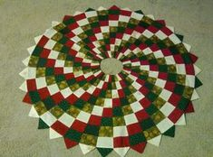 Christmas Tree Skirt Quilts Without Corners Xmas Tree Skirts, Christmas Tree Skirts Patterns, Christmas Skirt, Spiral Christmas Tree, Candy Cane Christmas Tree, Christmas Angels, Christmas Sewing Projects, Christmas Crafts, Christmas Christmas