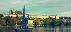 sicuramente la nuova scultura che galleggia su una zattera lungo il fiume Moldava, a Praga, recita un lunghissimo monologo. http://tuttacronaca.wordpress.com/2013/10/21/il-dito-medio-che-svetta-davanti-alla-residenza-presidenziale-in-repubblica-ceca/