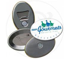 Spille in latta di forma ovale, personalizzabile fino a 6 colori. Retro con chiusura a spilla da balia.