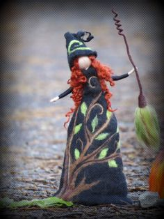 """Handgefertigtes Unikat aus hochwertiger Merinowolle in zauberhafter Farbkombination!  *""""Weghexe Ivy""""* Ivy ist eine meiner Weghexen. Du triffst sie an Wendepunkten in Deinem Leben oder wenn Du..."""