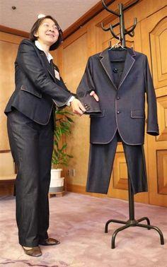 ケネディ米大使へ「友情のデニム」スーツ ハーバード大の同窓、伊東・倉敷市長が贈る
