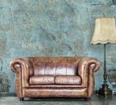 Tapet - Well Worn 395 x 270 cm Chesterfield Chair, Accent Chairs, Wallpaper, Furniture, Home Decor, Upholstered Chairs, Decoration Home, Room Decor, Wallpapers