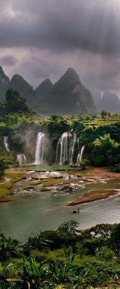 Ban Gioc-Detian Waterfall in Guangxi, China