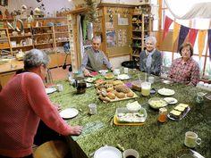 two lives Einklang / Werkstatt-Atelier: Das Abschlussfrühstück der SeniorInnengruppe...