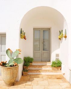 Feng Shui - Apartment Entrance and Mapping Your Life - Feng Shui Home Designs Apartment Entrance, House Entrance, Spanish Style Homes, Spanish House, Spanish Bungalow, Interior Shutters, Interior And Exterior, Exterior Doors, Casa Top