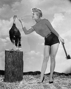 アデルArlett、1954年ハリウッドの若手女優は、(手に斧で七面鳥を誘惑