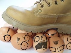 lefrancaisetvous:  Marcher sur des œufs (walk on eggshells); marcher avec précautions; parler, agir avec la plus grande prudence dans une situation délicate.