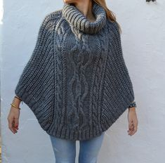 Chunkyknit Poncho, Roosa – Neuleet – By – maallure, - Stricken Anleitungen Knitted Cape, Hand Knitted Sweaters, Mohair Sweater, Knitted Shawls, Poncho Outfit, Poncho Shawl, Knitting Paterns, Handmade Clothes, Crochet Designs