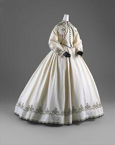 Vestido de Día, moda Americana, de la década del 1860s. Años en los que el elemento fundamental del vestuario femenino fue la Crinolina (armasón que daba mucho volumen a las faldas).