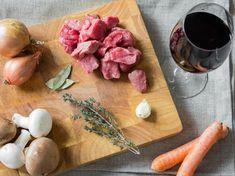 Mageres Rindfleisch, Gemüse, Kräuter und Wein - das sind deine Hauptzutaten.