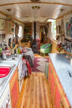 Creative & Cozy Caravan/RV/Boat Interior Design Ideas - Page 31 of 31 - napier news Living On A Boat, Tiny Living, Living Spaces, Sailboat Living, Interior Simple, Home Interior, Interior Ideas, Canal Boat Interior, Narrowboat Interiors