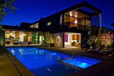 Cour arrière avec la terrasse et piscine de la maison d'architecte
