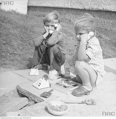 Dzieci bawiące się przed blokiem ( kids playing in front of their apartment building )