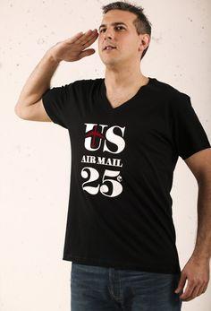 Camiseta de manga corta de chico color negro cuello de pico con motivos  estampados en vinilo terciopelo.  ZIPP design  moda  hombre  itboy  inn   fashion ... 6c61b19ca13