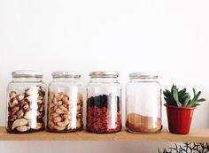 COMO REDUZIR SEU LIXO POR PARTES – #01 NA COZINHA: Evite coisas embaladas. Compre mais em lojas a granel/feiras. Leve saquinhos de pano para usar no lugar dos de plástico na hora de separar os que você vai levar. Para grãos, cereais, castanhas, temperos, etc leve ou saquinhos de pano ou potes de vidro. Pras coisas em pó, prefira os vidros. Você pede pra tirarem a tara do pote e pesa só o conteúdo. Para carregar as compras de volta pra casa, use ecobags.
