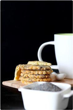 Des cookies sans chocolat, ni noix de pécan, ni même de nougatine et pourtant gourmands ? Et bien c'est possible avec tout simplement des flocons d'avoine, des graines de pavot et un peu de vanille, ces cookies sont vraiment délicieux. 1- Fouettez l'oeuf avec les sucres et ajoutez le beurre pommade. Mélangez bien