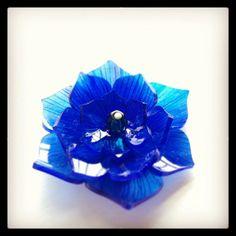 青い花のプラバンブローチ