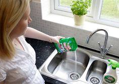 As partículas de comida que ocasionalmente caem no ralo da pia da cozinha, além de poder causar entupimento, são responsáveis pelo mau cheiro. Para prevenir o entupimento e espantar qualquer odor indesejável, lance mão de uma receitinha simples: uma xícara de café de sal, uma xícara de café de bicarbonato de sódio, 500 ml de água quente e um pires. Deposite todos os itens no ralo, tampe com o pires e deixe agir por alguns minutos: a combinação expulsa qualquer cheiro e ainda desobstrui o…