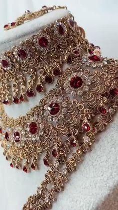 Gold Bridal Jewellery Sets, Bridal Jewellery Inspiration, Pakistani Bridal Jewelry, Bridal Necklace Set, Bridal Bangles, Indian Wedding Jewelry, Indian Jewelry, Bridal Jewellery Collections, Gold Necklace