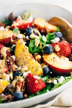 Summer Fruit Salad with Peach Poppy Seed Dressing – Light and healthy salad served with a ripe peach dressing ready in five minutes or less! salad Summer Fruit Salad with Peach Poppy Seed Dressing Healthy Summer Recipes, Healthy Salads, Summer Salad Recipes, Dinner Salad Recipes, Dinner Salads, Healthy Fruits, Clean Eating Snacks, Healthy Eating, Healthy Cooking