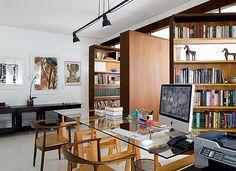 Abre e fecha - A estante com prateleiras em um dos lados funciona como divisória. A iluminação é composta de uma luminária central (Reka) com três lâmpadas incandescentes. Piso: placas de cimento brancas Solarium (Foto: Casa e Jardim)