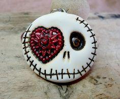 Weiße Runde glücklich Schädel mit einem von themonsterofmyheart