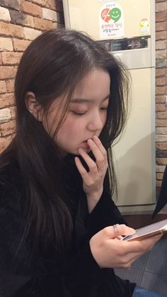 Pretty Korean Girls, Girl Artist, Uzzlang Girl, Grunge Girl, Pretty Makeup, Aesthetic Girl, Hair Looks, Asian Beauty, Cute Girls