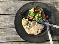 Das ganz dünne Klabsfeisch zusammen mit der Soße aus Thunfisch, Sardellen und Kapern ist ein auch super Mittagessen an sommerlichen Tagen - leicht, kalt und grandios lecker. Und als Antipasto kann mit Vitello Tonnato bei seinen Gästen so richtig angeben.