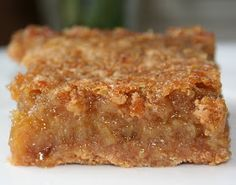 Squares with maple syrup by Jean Philippe Desserts With Biscuits, Köstliche Desserts, Dessert Recipes, Canadian Cuisine, Canadian Food, Pie Recipes, Sweet Recipes, Cooking Recipes, Recipies