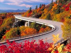 Blue Ridge Parkway in the fall. Did you know: The Blue Ridge Parkway was designed as a recreational motor road, connecting Great Smoky Mountains and Shenandoah National Parks. Blue Ridge Mountains, Nc Mountains, Blue Mountain, Beech Mountain, Mountain Biking, Montagnes Blue Ridge, Beautiful Roads, Beautiful Places, Beautiful Pictures