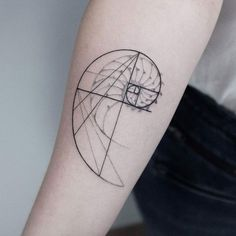 Fibonacci tattoo designs are among the most interesting and aesthetic geometry tattoos. In mathematics, Fibonacci numbers represent an integer sequence in which each number is the sum of the two preceding numbers and so on). Hand Tattoos, Neue Tattoos, Body Art Tattoos, Small Tattoos, Sleeve Tattoos, Xoil Tattoos, Octopus Tattoos, Forearm Tattoos, Fibonacci Tattoo