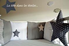 Tour de lit bébé 'La tête dans les étoiles' - Blanc et gris, des couleurs simples et chics : Linge de lit enfants par shanouk
