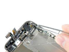 6. Brug en pincet til forsigtigt at trække lydløs-knappen og dets beslag fra indersiden af rammen.