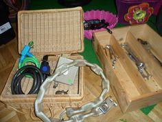 Onderzoekend gedrag stimuleren in je huishoek, sensopatisch spel stimuleren in je huishoek.  www.jongekind.com